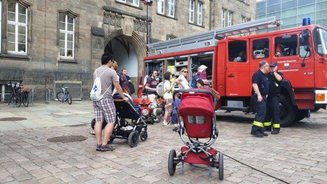 <p>Auch die Feuerwehr präsentiert sich interessierten Kindern und Eltern.&nbsp;</p>