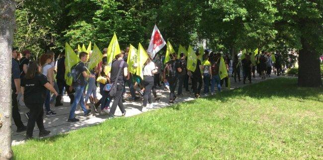 """<p>Etwa 130 Gewerkschafter und Teilnehmer der Gegendemonstration auf dem Weg zum 'Schillerplatz. Sie singen """"Bella Ciao"""". Die Anzahl der Gegendemonstranten wird immer größer.&nbsp;</p>"""