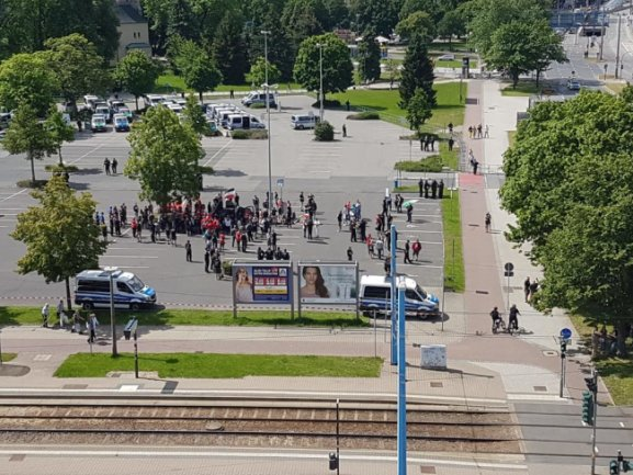 <p>Die Zahl der rechten Demonstranten hält sich in Grenzen.&nbsp;</p>