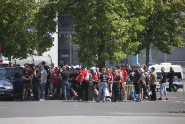 <p>Teilnehmer der rechten Demo am Parkplatz an der Johanniskirche.</p>
