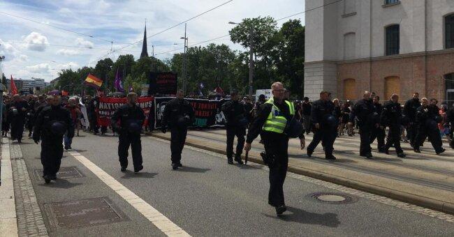 <p>Die Demo am Schillerplatz startet in Richtung Müllerstraße. Die Polizei sichert die Nebenstraßen gegen Durchbruchsversuche der Gegendemonstranten.&nbsp;</p>
