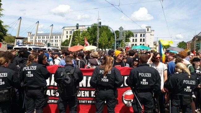 """<p>Die Gegendemonstranten rufen im Chor """"Es gibt kein Recht auf Nazipropaganda!"""".</p>"""