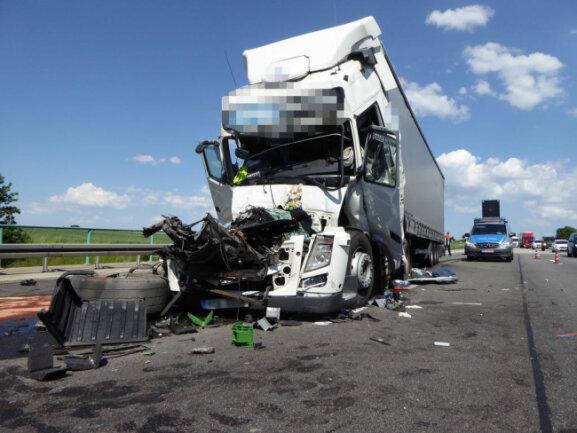<p>Wie die Polizei bestätigte, waren an dem Unfall drei Lkw beteiligt, zudem wurden Personen verletzt.</p>