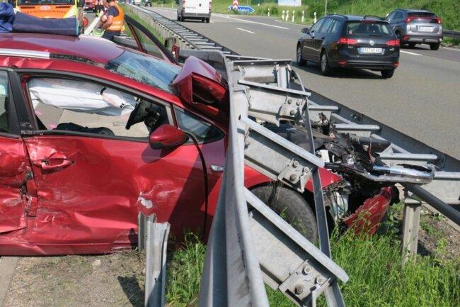 <p>Die Polizei sperrte die Autobahn in Richtung Plauen an der Anschlussstelle Hartenstein und leitete den Verkehr von der Autobahn.</p>