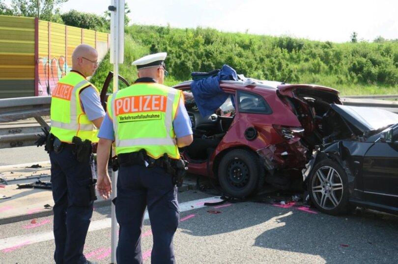 <p>Bei einem schweren Unfall auf der A72 wurden zwei Menschen&nbsp;verletzt. Eine beteiligte Person musste von den Feuerwehren Hartenstein und Thierfeld aus dem Wrack befreit werden.&nbsp;Dazu wurden die Türen auf der Fahrerseite entfernt.</p>