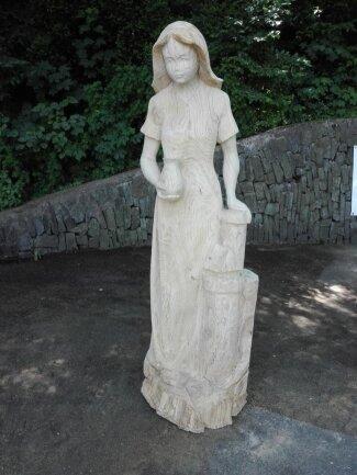 """<p>Eine Sage in eine Skulptur verwandelte Jesko Lange mit seinem Werk """"Weiße Frau in der Isenburg"""" für den Dorfplatz in Wildbach um.</p>"""