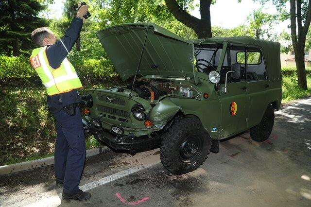 <p>Dort stieß es frontal mit einem sowjetischen Militärfahrzeug des Typs UAZ zusammen. Der Oldtimer befand sich an der Spitze einer Kolonne historischer Militärfahrzeuge.<br /> &nbsp;</p>