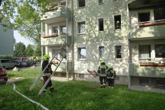<p>Nach Angaben der Polizei sprang der Bewohner der Brandwohnung vom Balkon. Er wurde in die zentrale Notaufnahme gebracht.&nbsp;</p>