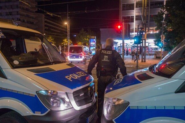 <p>Um 23.45 Uhr erteilt ein Polizeiführer das Kommando, Filmaufnahmen und das Fotografieren prompt einzustellen. Dann blockierten Polizeitransporter die Sichtachse zur anderen Straßenseite.</p>