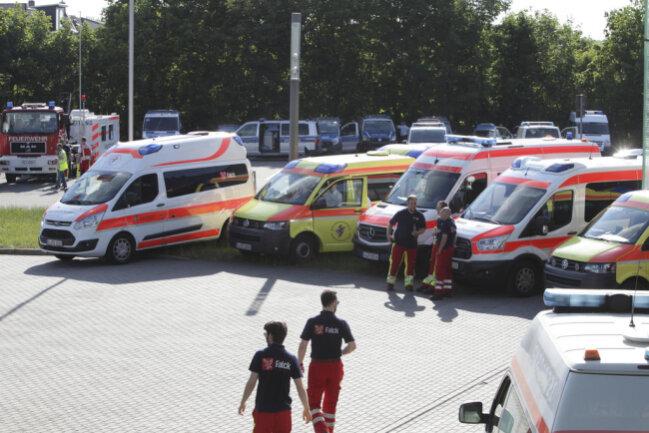 <p>Notarzt- und Krankenfahrzeuge stehen bereit, unweit der Fundstelle auf dem Neustadtplatz stehen Polizeifahrzeuge in Bereitschaft.&nbsp;</p>