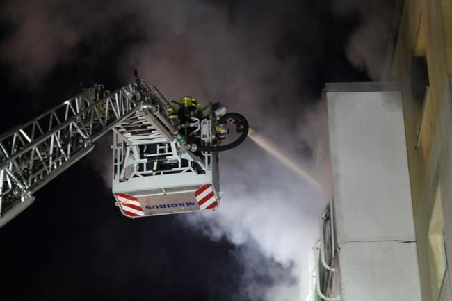 <p>Drei Menschen sind bei einem Feuer in einem Mehrfamilienhaus an der Zeisigwaldstraße in Chemnitz verletzt worden.</p>
