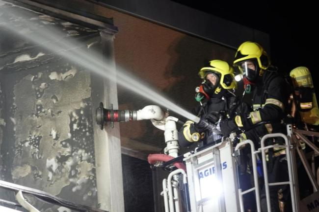 <p>Die Feuerwehr konnte den Brand löschen. Die Schadenshöhe blieb zunächst unklar. Die Kriminalpolizei hat die Ermittlungen aufgenommen, Brandursachenermittler werden den Brandort zeitnah begutachten.</p>