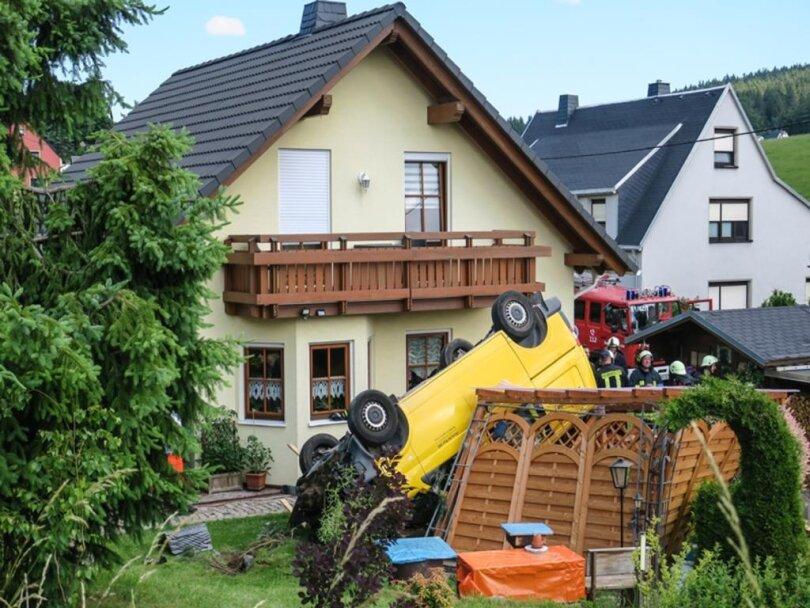 <p>Die Fahrerin der Post war mit ihrem VW-Transporter aus bisher unbekannten Gründen von der Hauptstraße abgekommen, durchbrach eine Hecke und fuhr einen Baum um.</p>