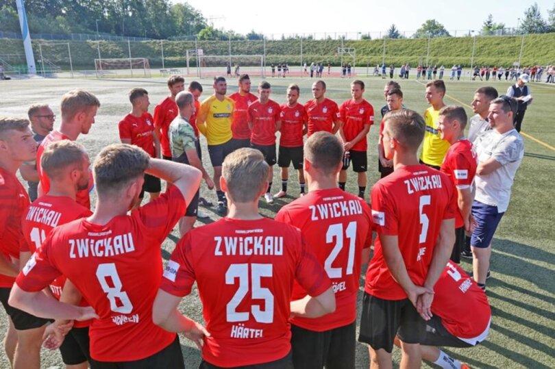<p>Nach Mannschaftsansprachen des Sportdirektors Toni Wachsmuth sowie des Trainers Joe Enochs starteten die Spieler mit der Trainingseinheit.</p>