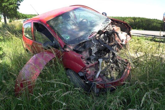 <p>Der Wagen streifte zwei Bäume und landete im Graben.</p>