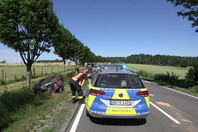 <p>Der Fahrer selbst konnte sich aus dem völlig zerstörten Auto befreien.</p>