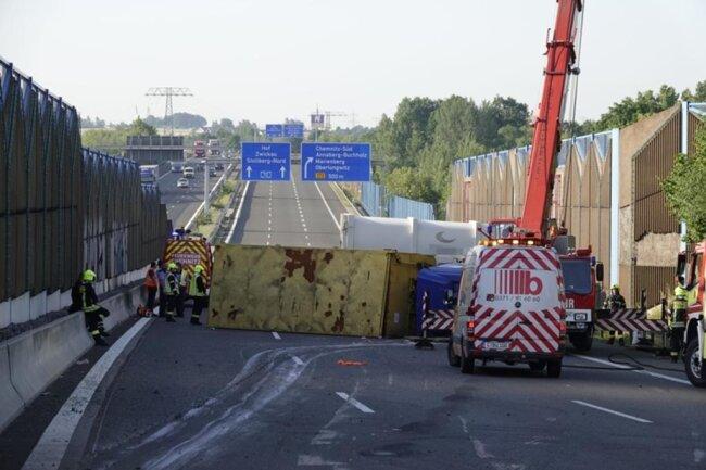 <p>Ein umgestürzter Laster blockierte alle Fahrstreifen.</p>