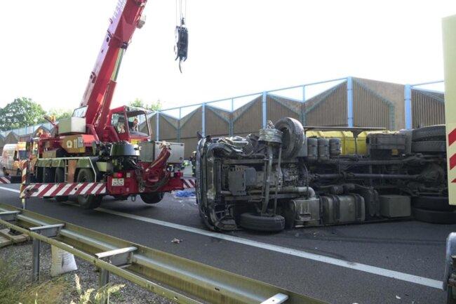 <p>Nach ersten Angaben der Polizei waren an dem Unfall in Höhe Anschlusstelle Chemnitz-Süd gegen 6 Uhr ein Lkw mit Anhänger sowie ein Pkw beteiligt.</p>