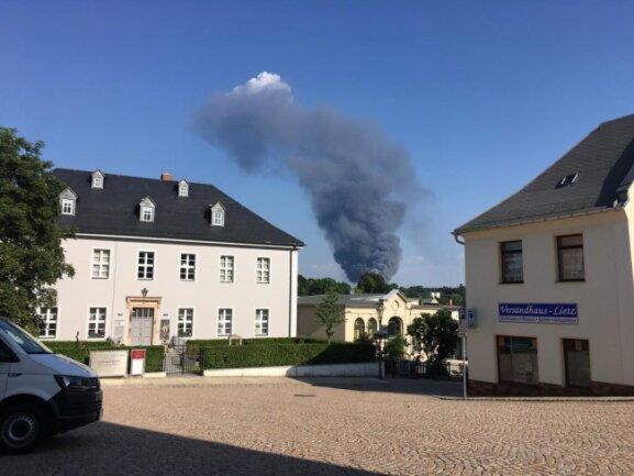 <p>Die&nbsp;Rauchsäule war auch&nbsp;vom Reichenbacher Neuberin-Museum am Johannisplatz aus zu sehen.</p>