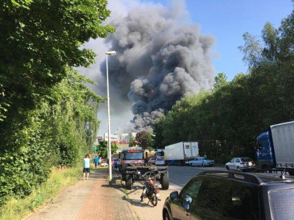<p>Dort war aus noch ungeklärten Gründen eine Halle in Brand geraten. Verletzte gab es nach bisherigen Erkenntnissen nicht, teilte das Lagezentrum der Polizei in Zwickau mit.</p>  <p>&nbsp;</p>