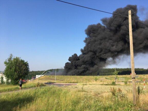 <p>Mitarbeiter des Landratsamts sind dabei, im Umfeld des Geländes Proben zu nehmen, da in der Firma mit Chemikalien gearbeitet wird. In der Luft lag ein stechender Geruch.</p>
