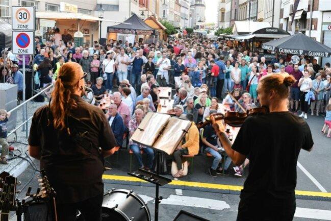 <p>Die Irische Bühne an der Erbischen Straße unterhielt die Gäste mit John Barden und Irish Pub Songs.</p>