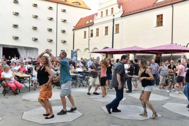 <p>Die Salsa Party&nbsp;im Schloßhof brachte Schwung ins Fest.</p>