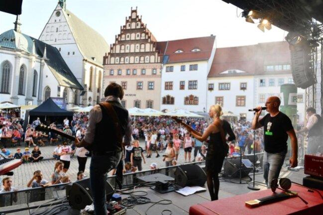 <p>Steffen Lukas und das Plattenbauorchester heizten dem Publikum ein.</p>