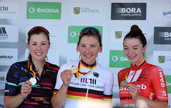 <p>Die Gewinner strahlen mit ihrer Medaille in die Kamera.</p>