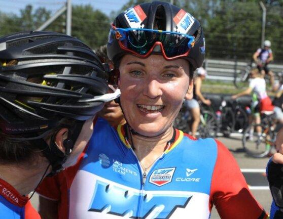 <p>Lisa Brennauer vom Team WNT-Rotor Pro Cycling ist überglücklich.</p>