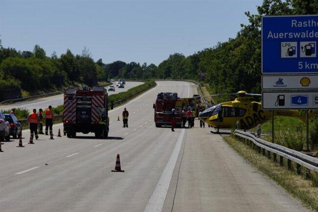 <p>Die Kameraden der Feuerwehr befreiten die eingeklemmten Personen mit speziellem, hydraulischen Rettungsgerät aus dem Fahrzeug.</p>