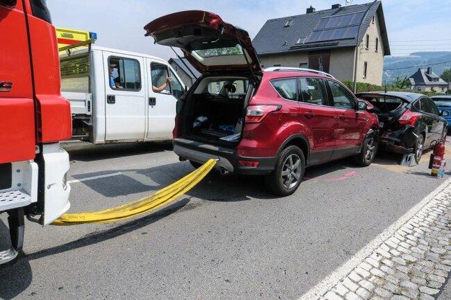 <p>Die Feuerwehr Lauter kam zum Einsatz, um die Fahrzeuge zu sichern und Betriebsmittel zu binden.</p>