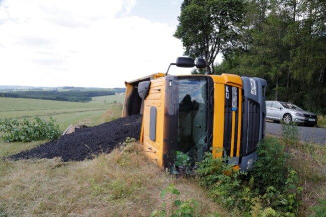 <p>Gegen 12 Uhr war der Lkw aus noch ungeklärter Ursache umgekippt.&nbsp;</p>