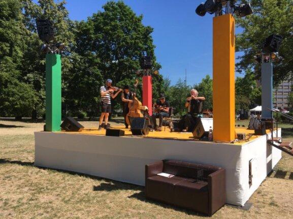<p>Die Dresdner Band Krambambuli spielt im Stadthallenpark.</p>