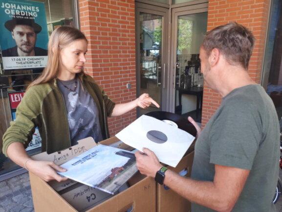 <p>Katrin Kropf verkauft auf dem Vinylflohmarkt im Underworld-Recordstore einen Teil ihrer Plattensammlung. Sie hat über 2000 Schallplatten zu Hause.</p>