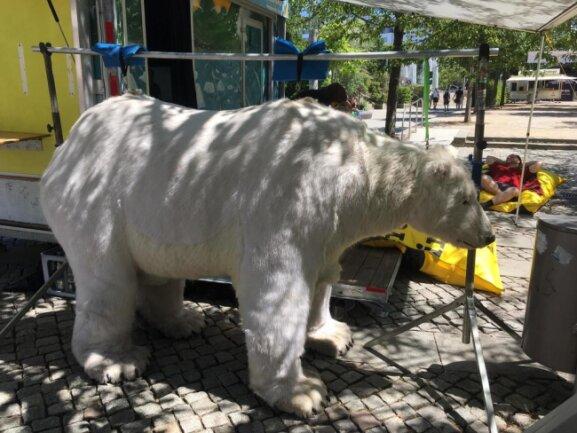 <p>Greenpeace hat einen Eisbären mitgebracht.</p>