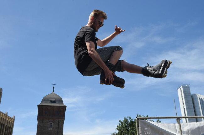 <p>Skater zeigen am Rand des Stadthallenparks ihr Können.</p>