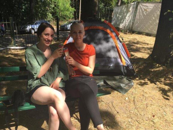 <p>Die ersten Camper am Kulturhaus Arthur sind da. Laura Ritter und Tabea Scholz kamen extra aus Frankenau in Hessen. Ihr Favorit heute Abend: Herbert Grönemeyer.</p>