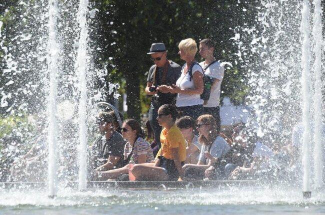 <p>Wassernebel vom Springbrunnen sorgt für etwas Abkühlung.</p>