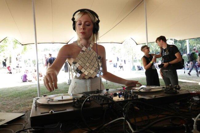 <p>DJ Terez in Aktion.</p>
