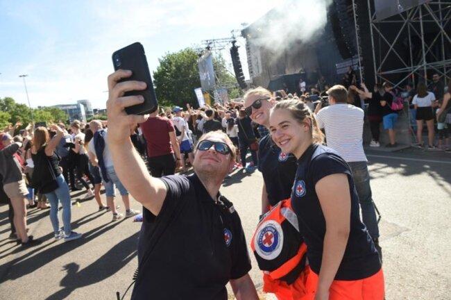 <p>Auch die Einsatzkräfte halten das Kosmos Chemnitz mit dem Smartphone fest.</p>