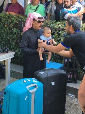 <p>Der syrische Superstar Souleyman sorgte für Riesentrubel. Selbst Babys wurden ihm gereicht. Familienväter schickten kleine Jungs zu Souleyman, der sie umarmt und ihnen die Hand schüttelt.</p>