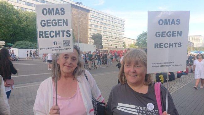 """<p>Wer sagt denn, dass hier nur junge Leute ein Zeichen setzen. """"Wir haben uns hier in Chemnitz Anfang Juni der deutschlandweiten Initiative angeschlossen. Es geht um unsere Kinder und Enkel. Die sollen nicht in so einem Chaos aufwachsen"""", sagen Irene und Anett. Sie erfahren hier viel Zuspruch, sagen sie.</p>"""