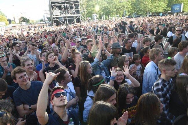 <p>Tausende Konzertbesucher am Abend vor der Hauptbühne.</p>