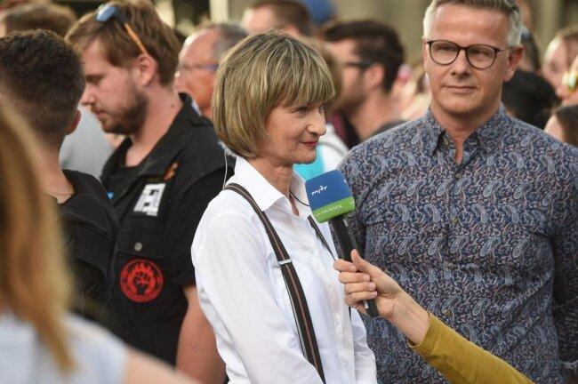 <p>Die Chemnitzer Oberbürgermeisterin Barbara Ludwig (SPD) beim Interview mit dem MDR. Neben ihr: der neue Pressesprecher der Stadt, Matthias Nowak.</p>