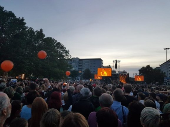 <p>Er verband seinen Auftritt vor tausenden Menschen mit der Mahnung, rechte Gewalt zu ächten.</p>