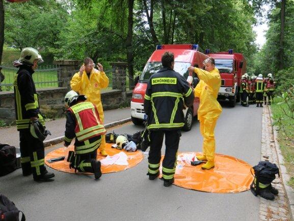 <p>Der Fahrer wurde vom Rettungsdienst ins Krankenhaus gebracht . Ein Sperrkreis von 50 Metern wurde eingerichtet.</p>