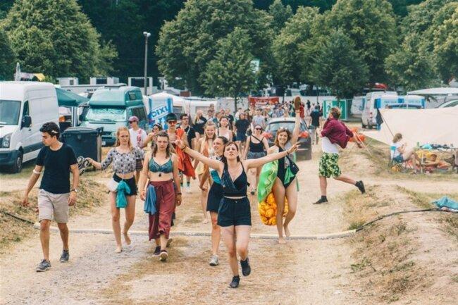 <p>Festivalgäste in froher Erwartung.</p>