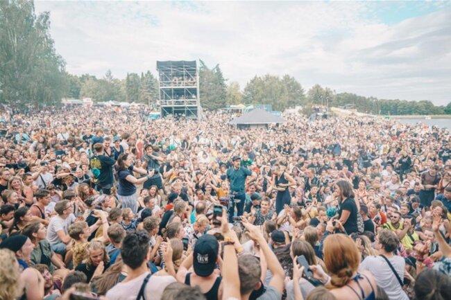 <p>Tausende feiern den Auftakt ins Festivalwochenende.</p>
