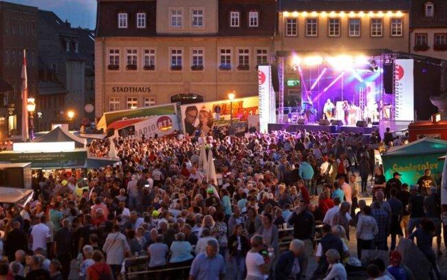 <p>Auch auf dem Marktplatz in Hohenstein-Ernstthal feierten die Leute den Beginn des Grand Prix.</p>